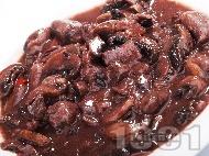 Задушени пиллешки сърца с гъби гъби печурки и червено вино